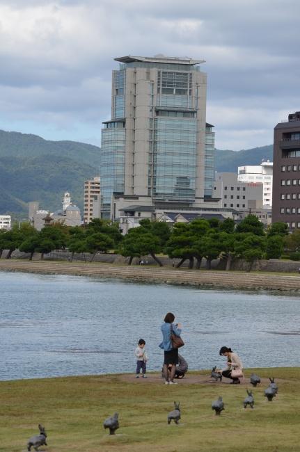 Lapins sautillant près du lac Shinji.